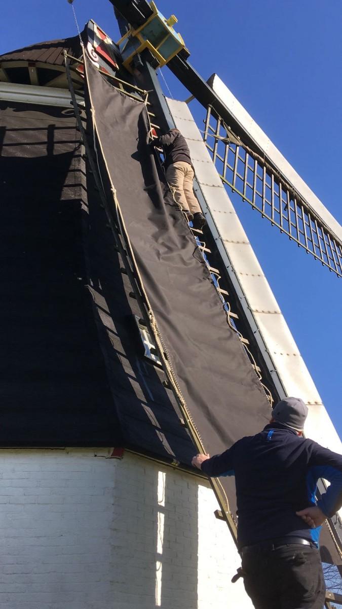 Molen Rolde voorzien van nieuwe zeilen door molenaars en molenaars in opleiding