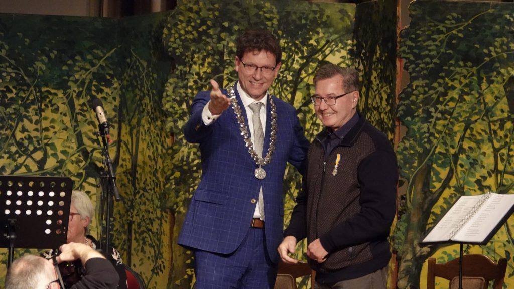 Jan Schenkel met de koninklijke onderscheiding en de burgemeester van De Wolden