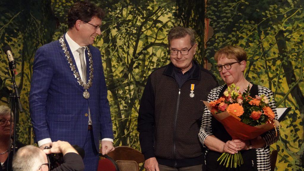 Jan Schenkel onderscheiden - op de foto met burgemeester en echtgenote